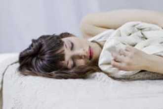 Как спать по фен шуй и почему — к окну или двери головой