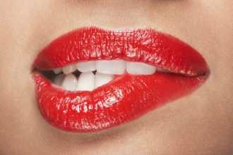 К чему снится красить губы?