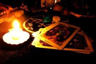 Гадание на верность на картах, свечах и зеркале
