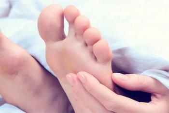 К чему чешется левая нога