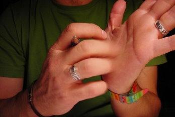 К чему чешется левая рука
