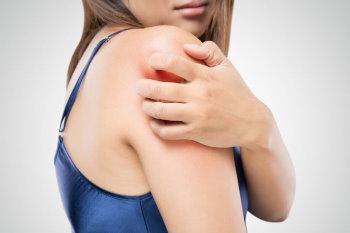 К чему чешется правое плечо